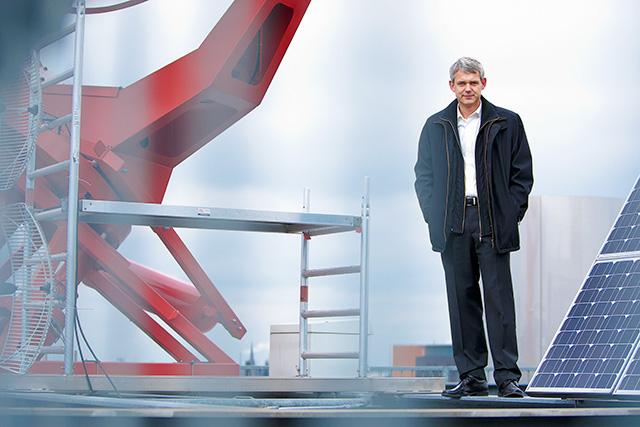 Heino Falcke op het dak van het Huygensgebouw