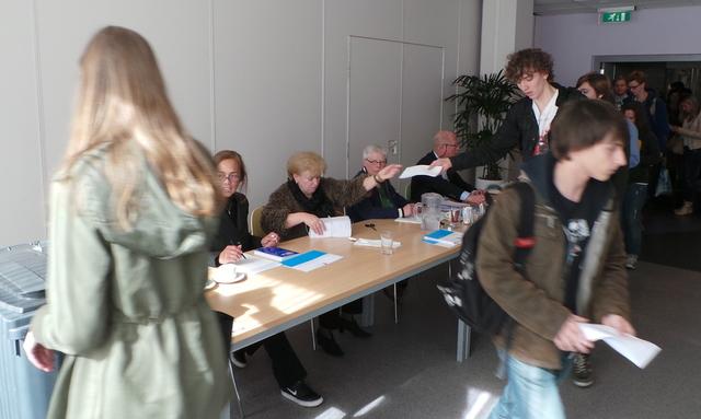 Lange rij bij het stemlokaal vanmiddag in de Refter / Foto: Vox