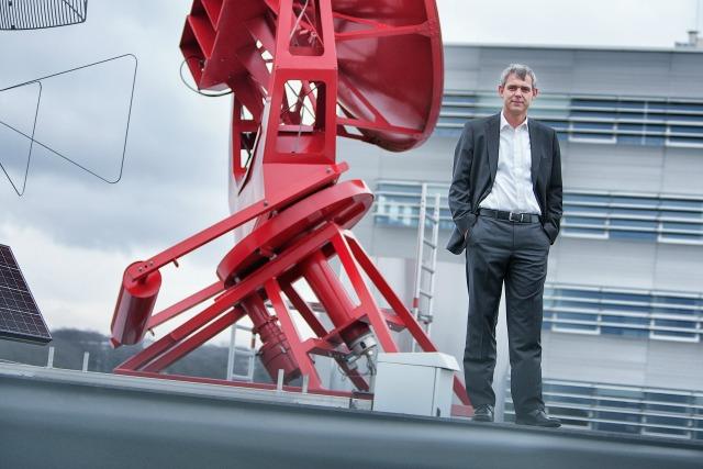 Heino Falcke bij de radiotelescoop op het dak van het Huygensgebouw. Foto: Dick van Aalst