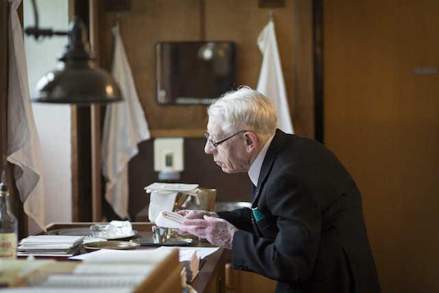 Pater Ziggelaar in de sacristie. Foto: Erik van 't Hullemaar
