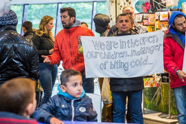 Asielzoekers uit Heumensoord demonstreren in de Refter. Foto: Marjolein van Diejen