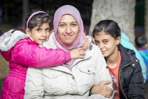 Suhad Shaikhani met Asel (5) en Fatma (10) in oktober 2015, Heumensoord. Foto: Erik van 't Hullenaar