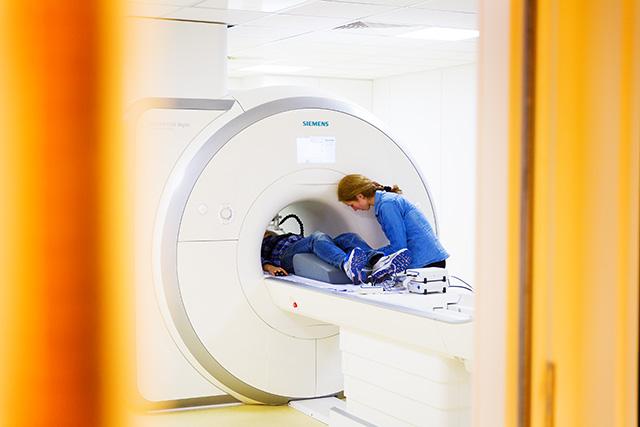 Maria Lojowska schuift de proefpersoon in de scanner. Foto's: Dick van Aalst