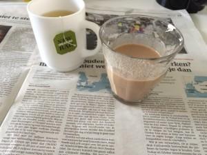 Ontbijten met een kopje thee en een shake.