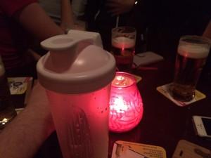Zijn studievrienden drinken een biertje, Nijssen een shake.