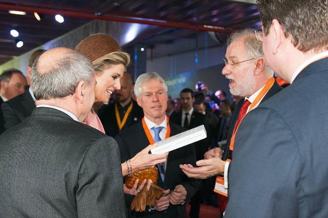 Jan Jonker, rechts in beeld, geeft koningin M??xima eem boek dat speciaal voor de gelegenheid is samengesteld.