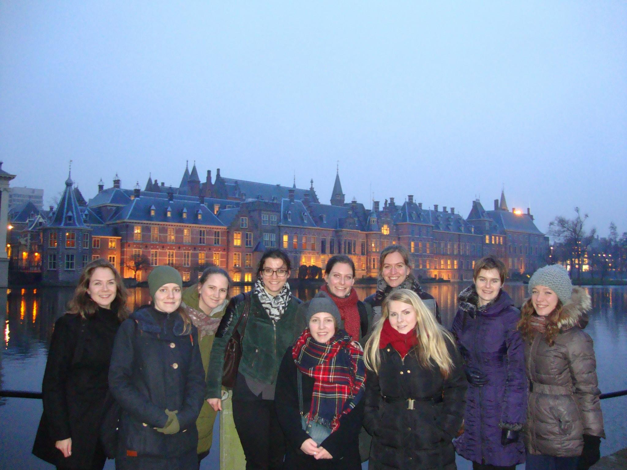 De Russische en Nederlandse studenten in Den Haag. Helemaal links staat Linda Brouwers.