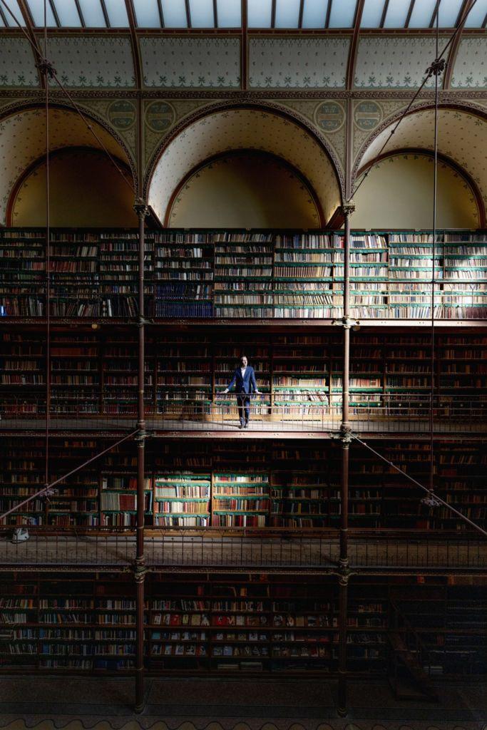 Pieter Roelofs in de museumbibliotheek. Foto: Duncan de Fey
