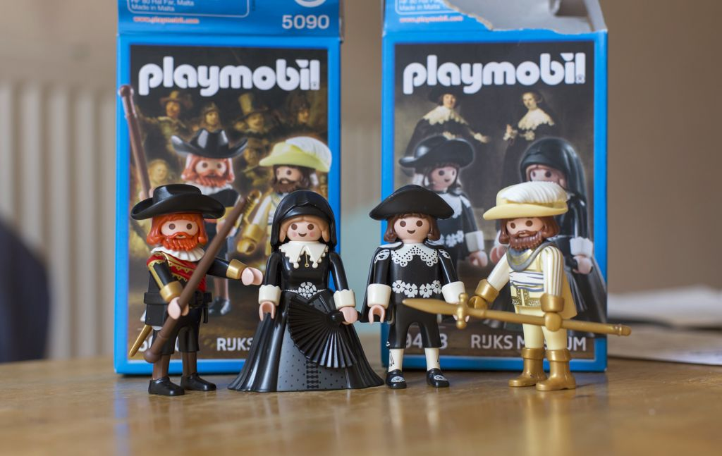 Playmobil of Captain Frans Banninck Cocq and his lieutenant and of Marten en Oopje. Photo: Creative Commons